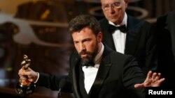 Argo ဇာတ္ကား ႐ိုက္ကူးထုတ္လုပ္သူ မင္းသား ဘန္ အဖၹလခ္ ေအာ္စကာဆုကို ဆြတ္ခူးစဥ္