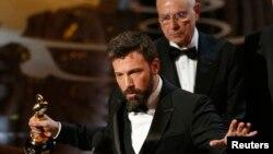 """Sineyas e pwodiktè Ben Affleck aksepte pri meyè imaj pou """"Argo"""" nan 85èm seremoni remis pri Academy Awards nan Hollywood, Kalifòni, 24 fevriye 2013 la."""