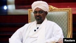 រូបឯកសារ៖អតីតប្រធានាធិបតីនៃប្រទេសស៊ូដង់លោក Omar al-Bashir អង្គុយជាអធិបតីក្នុងវិមានប្រធានាធិបតីនៅក្រុងខាទុំប្រទេសស៊ូដង់កាលពីថ្ងៃទី០៥ខែមេសាឆ្នាំ២០១៩។