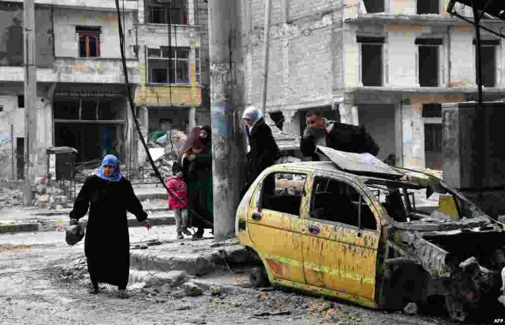 شام کی حکومت اور حلب میں لڑنے والے باغیوں نے ایک معاہدہ پر اتفاق کیا تاکہ جنگ سے تباہ حال اس شہر سے حزب مخالف کے جنجگووں اور ہزاروں شہریوں کا انخلا ہو سکے۔