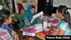 Bidan Desa memberikan penyuluhan dan pemberian imunisasi pada bayi. (Foto :VOA/Petrus Riski).