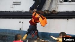 Un groupe d'environ 150 syriens viennent d'arriver sur l'île grecque de Lesbos, après avoir traversé la mer Egée, le 30 octobre 2015 (REUTERS/Giorgos Moutafis)