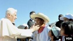 Paus Benediktus XVI memberkati seorang remaja pria Meksiko dalam kunjungan ke kota Leon (23/3).
