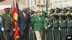 Chanceler alemã, Angela Merkel, passa em revista a guarda de honra angolana acompanhada pelo Presidente José Eduardo dos Santos