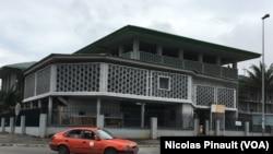 Vue du tribunal d'Abidjan où est jugée Simone Gbagbo, le 2 octobre 2016 (VOA/Nicolas Pinault)
