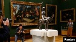 2일 영국 캠프리지 피즈윌리엄 박물관에서 언론사 사진 기자들이 천재 예술가 미켈란젤로의 초기 작품으로 여겨지는 청동상 사진을 찍고 있다.