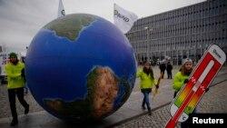 Những người biểu tình tuần hành trước hội nghị thượng đỉnh khí hậu Paris tại Berlin, Đức, ngày 29/11/2015.