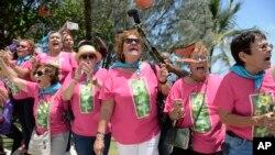 Partidarios del nacionalista puertorriqueño Oscar Lopez Rivera celebran su liberación de prisión el 17 de mayo de 2017 en El Escambron Beach en San Juan, Puerto Rico.