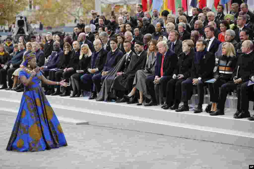 2018年11月11日在巴黎,美国总统特朗普和多国领导人参加第一次世界大战结束100年纪念仪式时,观看非洲国家贝宁的歌手安吉里克·基卓表演。