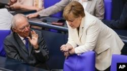Thủ tướng Đức Angela Merkel nói chuyện với Bộ trưởng Tài chính Wolfgang Schaeuble trước cuộc tranh luận về vụ Brexit tại Berlin, ngày 28/6/2016.