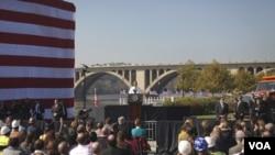 Presiden Obama menyampaikan pidato di depan jembatan Key yang menghubungkan Arlington, Virginia dan ibukota Washington, DC, Rabu (2/11), mengimbau Kongres AS agar meloloskan RUU Tenaga Kerja usulannya.