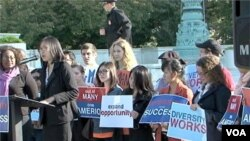 Des manifestants devant la Cour suprême, qui se penche à nouveau sur la question de la discrimination positive