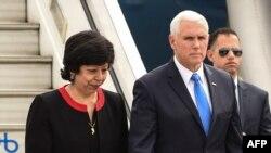 Віце-президент США Майк Пенс із заступником міністра закордонних справ Колумбії Луз Стеллою Хара (Luz Stella Jara) після прибуття в Боготу 25 лютого 2019 року.