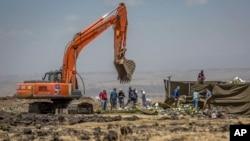 Các nhà điều tra làm việc tại hiện trường nơi máy bay Ethiopia Airlines Boeing 737 Max 8 rơi; ngày 15/3/2019.