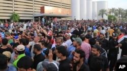 """Para Al Sadr, el gabinete que se debe someter a votación ha mantenido """"incluso a los corruptos, con el pretexto de que tienen un pasado luchador""""."""