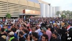 30일 강경 시아파 시위대가 그린존 안에서 시위를 벌이고 있다.