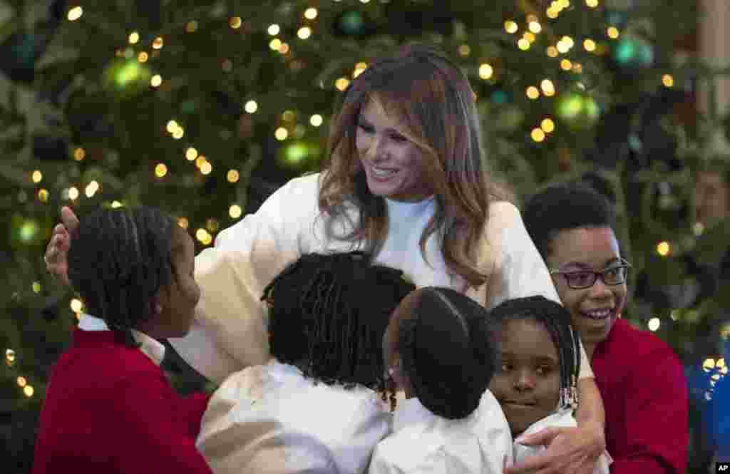 La primera dama da la bienvenida a niños afroamericanos en la Casa Blanca.