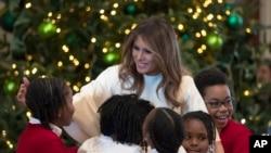 La primera dama de EE.UU., Melania Trump, saluda a niños de una escuela que invitó para ver los adornos navideños de la Casa Blanca. La señora Trump eligió una decoración tradicional para su primera Navidad en la Casa Blanca.