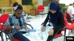 Dua orang siswa SMP peserta program SabangMerauke dalam sebuah kegiatan bersama. (VOA/Iris Gera)