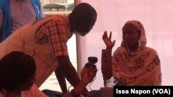 Une réfugiée se fait enregistrer à Ouagadougou, Burkina, 21 juin 2017. (VOA/Issa Napon)