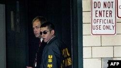 John Hinckley, trái, đến Tòa án Liên bang ở Washington, 2/9/2003
