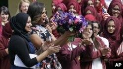 美国第一夫人米歇尔·奥巴马在伦敦东区的一所女子学校受到师生的欢迎。 (2015年6月16日)