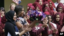 Ibu negara AS Michelle Obama disambut oleh siswa dan guru 'Mulberry School for Girls' di London timur, 16 Juni 2015.