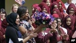 Ibu negara AS Michelle Obama disambut oleh siswa dan guru 'Mulberry School for Girls' di London timur, 16 Juni 2015.