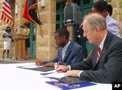Embaixador dos Estados Unidos em Angola, Christopher McMullen, com representante da Organização Divina Providência