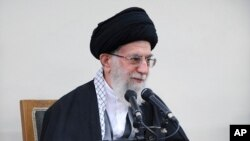 이란의 최고지도자 아야톨라 알리 하메네이가 12일 테흐란에서 열린 의회 지도부 회의에서 발언하고 있다.