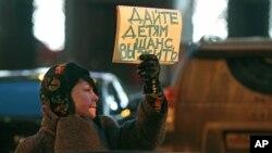 """Jedna od demonstrantkinja protiv ruskog zakona ispred ruske Dume, sa transparentom na kome piše """"Dajte deci šansu da žive"""""""
