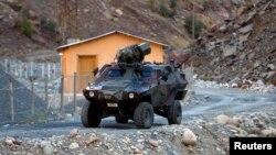 Xe bọc thép của quân đội Thổ Nhĩ Kỳ đi qua một căn cứ tuần tra nhỏ ở vùng núi Cukurca, gần biên giới Iraq.