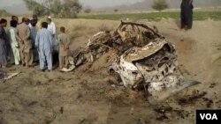 Mutane Tsaye a Gaban Motar Mullah Mansoor