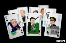 2014年8月31日在北京拍摄到的一副中国众官漫画扑克牌上的三位上将:许其亮、范长龙和常万全。