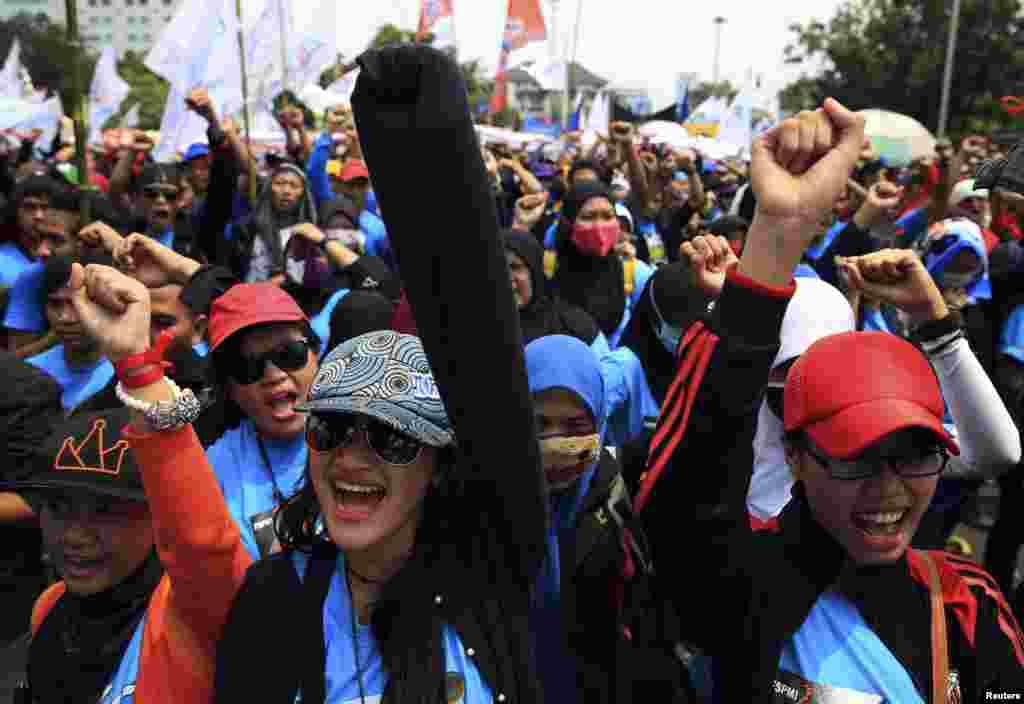 انڈونیشیا کے دارالحکومت جکارتہ میں مزدور انجمنوں کے زیر اہتمام ہونے والی ریلیوں میں محنت کش نعرے لگا رہے ہیں۔
