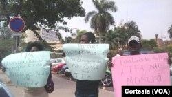 Jovens manifestam-se contra a linha editorial da TPA (foto de arquivo).