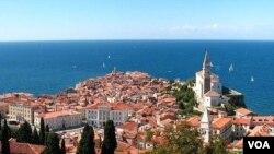 Kota Piran di Laut Adriatik, Slovenia barat daya.