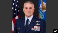 Michael Carey, fue removido de su trabajo con la Fuerza Aérea, luego de 35 años de servicio militar.