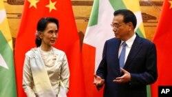 Cố vấn Nhà nước Myanmar Aung San Suu Kyi (trái) và Thủ tướng Trung Quốc Lý Khắc Cường tại Đại lễ đường nhân dân ở thủ đô Bắc Kinh, Trung Quốc, ngày 18/8/2016.