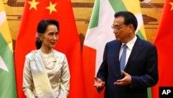 Pemimpin de-fakto Myanmar Aung San Suu Kyi dan Perdana Menteri China Li Keqiang di Beijing, Kamis, 18 Agustus 2016 (Rolex Dela Pena/Pool Photo via AP).