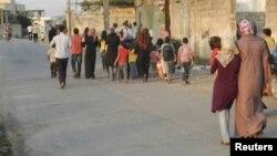 Xula aholisi zo'ravonliklardan jon saqlash maqsadida shaharni tark etmoqda, 18-iyun, 2012-yil.