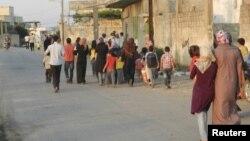 غیرنظامیان خانه های خود را در حوله ترک می کنند. ۱۸ ژوئن ۲۰۱۲