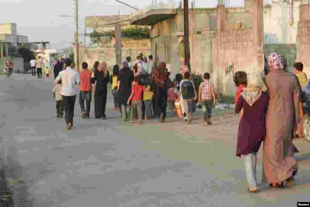 Мешканці Гомса покидають зруйновані будинки.