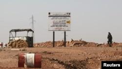 Binh sĩ Algeria tại một chốt kiểm soát gần nhà máy khí đốt ở Amena, nơi xảy ra vụ bắt cóc con tin, ngày 19/1/2013.