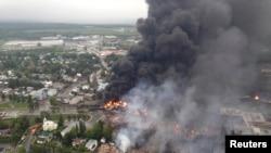 El tren siguió ardiendo un día después del siniestro.