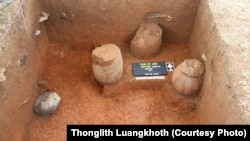 Những lọ chôn cất ở Cánh Đồng Chum ở Lào.