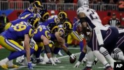 Timovi Los Angeles Rams i New England Patriots u prvom poluvremenu finalne utakmice u Atlanti