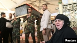 Para pelayat sedang mengusung peti jenazah keluarga mereka yang tewas akibat bom bunuh diri di kawasan pertokoan di Baghdad, Irak.