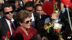 Mantan presiden Brazil Dilma Rousseff meninggalkan istana kepresidenan, Alvorada Palace, Brasilia, Brazil, Selasa (6/9), hanya enam hari setelah senat negara itu memutuskan untuk memakzulkannya. (AP Photo/Eraldo Peres).