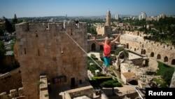 一名美國人在耶路撒冷舊城兩座塔樓之間走繩索(資料圖片)